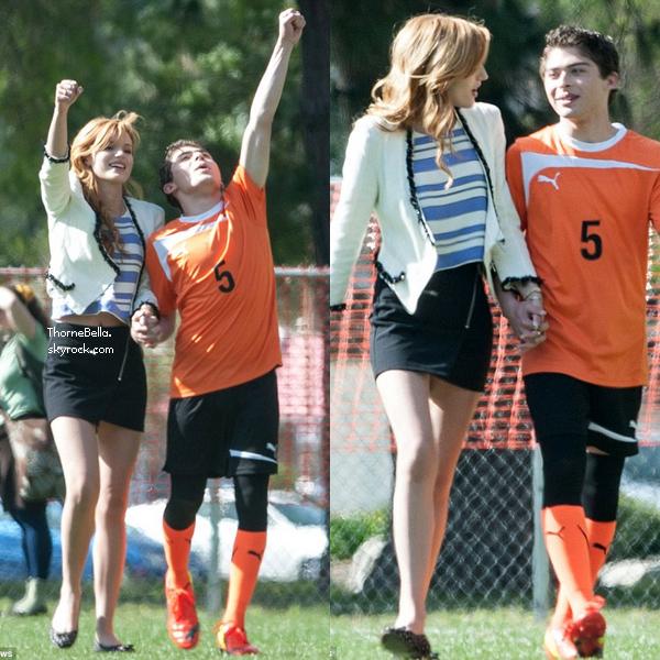 """Bella sur le tournage de """"Mostly Ghostly II"""" le 27 mars 2014."""
