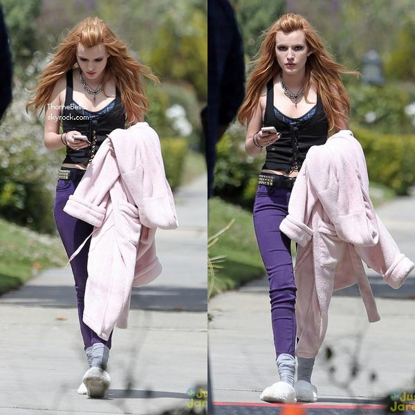 """Bella sur le tournage de """"Amityville"""" le 8 avril 2014."""