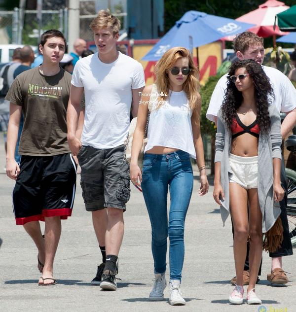 Bella et ses ami(e)s à la plage le 26 mai 2014.
