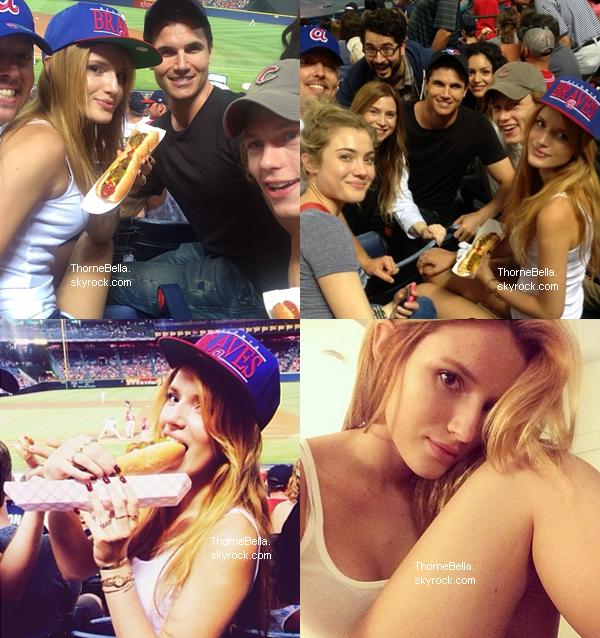 Bella et ses co-stars de The Duff ont assisté à un match de baseball le 15 juin.