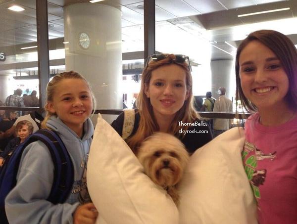 Bella avec des fans à l'aéroport d'Atlanta le 27 juin 2014.