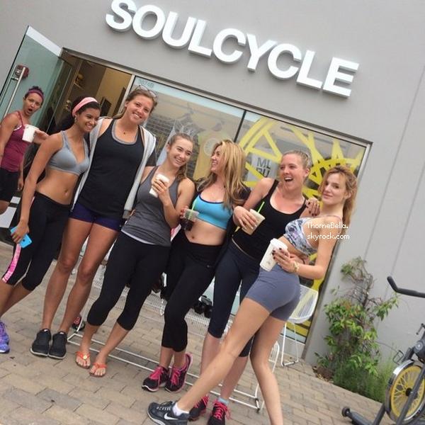 Bella et ses amis à Los Angeles le 30 juin 2014.