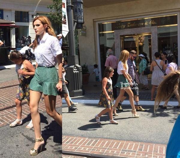 Bella avec des fans au Grove le 20 juillet 2014.