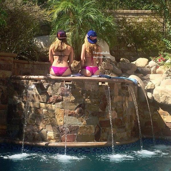 Bella a passé la journée chez et dans sa piscine avec Alexia le 4 août.