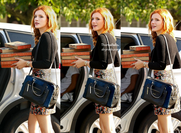 Bella allant chercher des pizzas au Blaze Pizza le 12 août 2014.