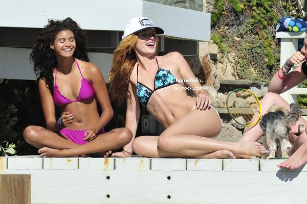 Bella à la plage avec ses amis et sa famille le 18 août 2014.