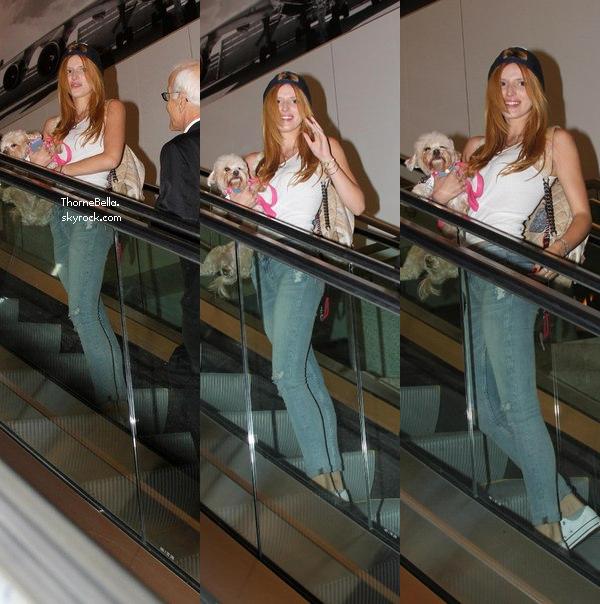 Bella et sa maman Tamara ont posté des photos twitter. Bella se serait rendue chez Versace.
