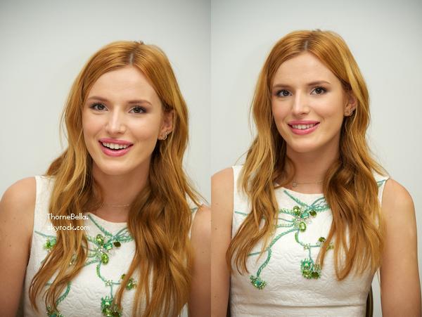 Bella a une conférence de presse d'Alexander le 29 septembre.