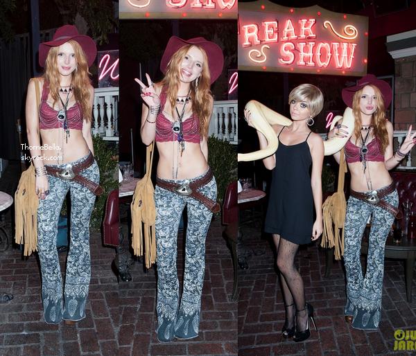 Bella a la soirée d'Halloween de JustJared le 31 octobre.