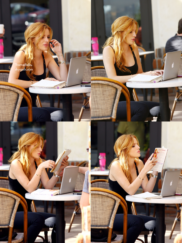 """Bella a été vu dans un café entrain de lire son livre """"Autumn Falls"""" le 3 novembre."""