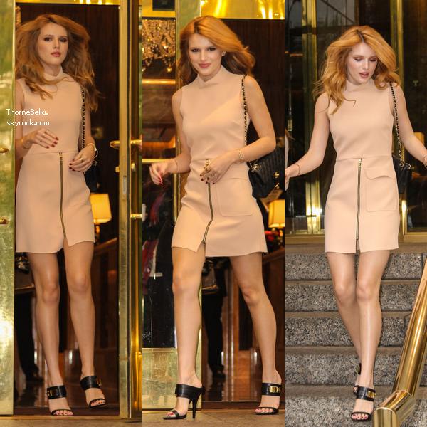 Bella quittant son hôtel avec son amie Alexia le 11 novembre.
