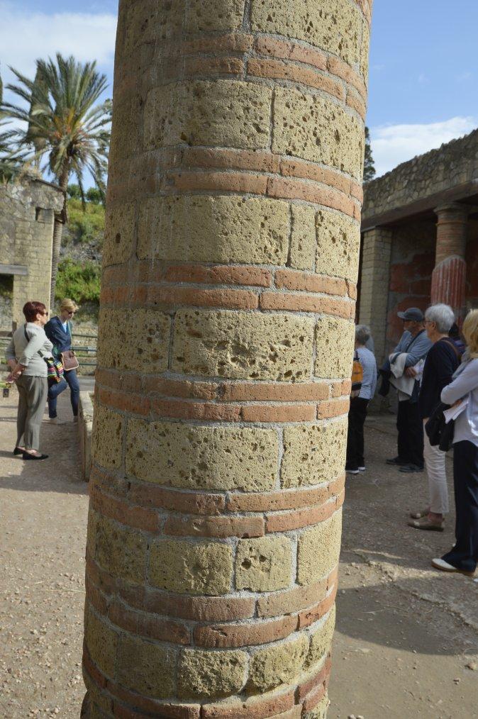 ITALIE   VISITE A HERCULANUM      DECOUVERTE DES MATERIAUX DE CONSTRUCTION    photo SM99