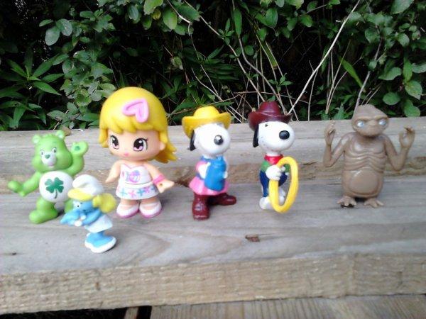 divers figurines pinypon, snoopy, E.T, stroumpfette, bisounours...