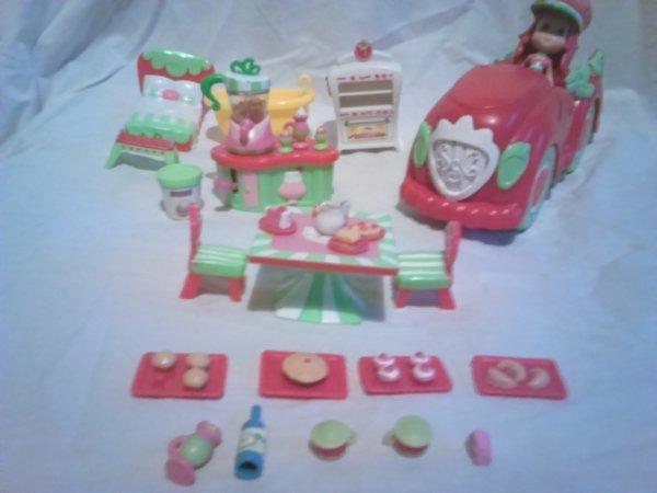 a vendre ou echanger mini poupee charlotte aux fraises+ mobilier etc...