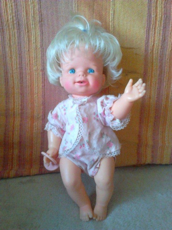 poupée cheerful tearful mattel 63/65,christine ou christinette (merci à françois et ses poupées pour les renseignements) mécanisme en bougeant le bras elle plisse les yeux fait la grimace et pleure  de vraies larmes!(32cm)  elle m'a plu!