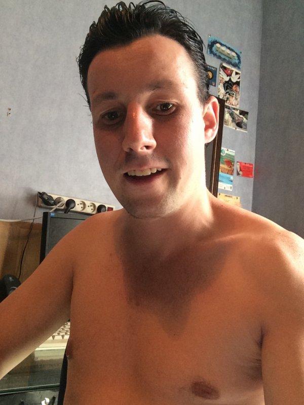 Moi torse nue chez moi