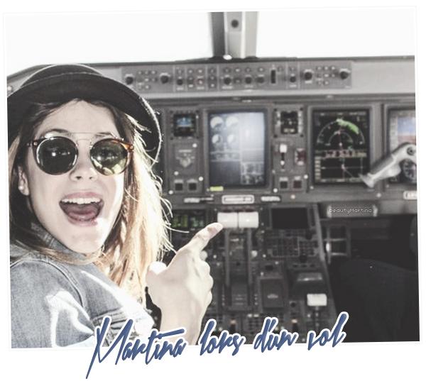 """. Martina durant un vol en destination d'une ville d'Amerique Latine pour un show de """"Violetta En Vivo"""". ."""