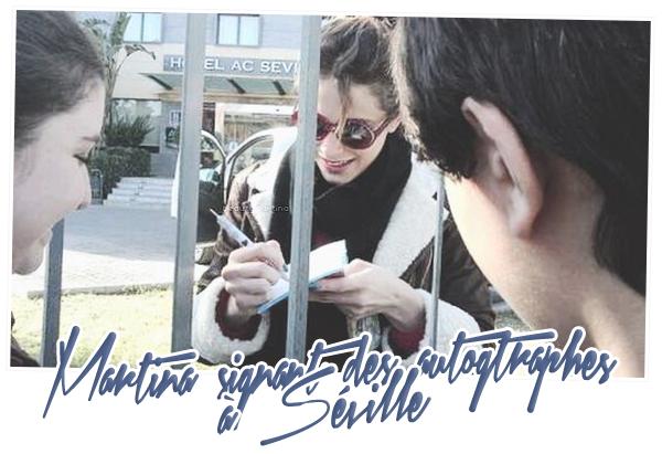 . Martina signant des autographes à Séville. .