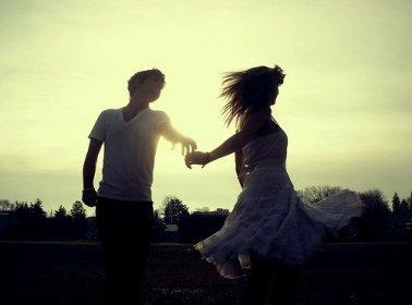 « Dis lui qu'elle est belle, prend la dans tes bras quand elle a de la peine, choisis la parmi toutes les autres filles, joues avec ses cheveux, chatouilles la ; bagarres toi avec elle, parle lui tout simplement, fais lui des blagues, prends sa main mais ne la lâche surtout pas, laisse la s'endormir dans tes bras, rends la folle de toi, embrasse la, fait lui des câlins, quand elle pleure reste avec elle au téléphone même si elle ne dit rien, regarde la dans les yeux, embrasse la sous la pluie, appel là par son prénom et dis lui Je t'aime. »