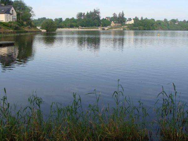 Le Lac aux Ducs près de Ploërmel sur la route de Taupont