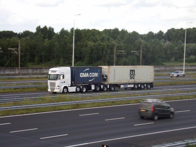 UN PETITE ECHANTILLON SUR LE RING A ROTTERDAM... impressionnant le flux continue de camions de qualité et de coup de trompe de signe de la main de la part des chauffeurs