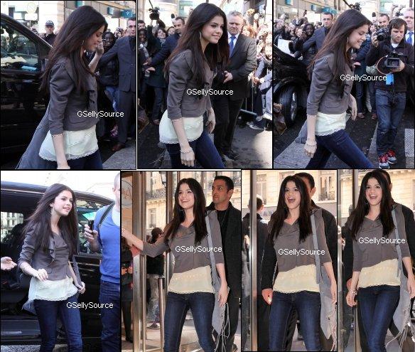 * Selena Gomez au Magasin C&A le 31 Mars. *
