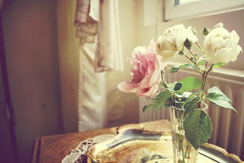 Vivez, si m'en croyez, n'attendez pas demain: Cueilllez dès aujourd'hui les roses de la vie.