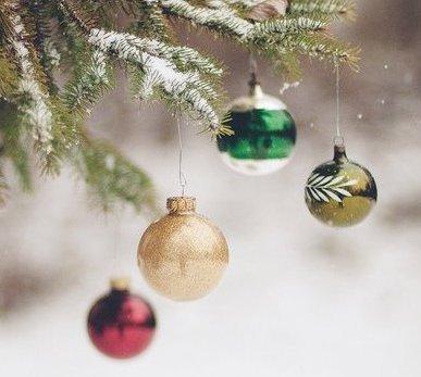 Il y a quatre âges dans la vie de l'homme, celui où il croit au père Noël, celui où il ne croit plus au père Noël, celui où il est le père Noël, celui où il ressemble au père Noël.