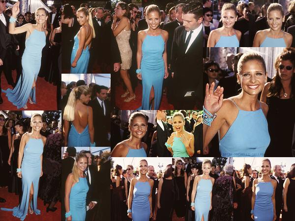 . 12/09/1999Sarah Michelle Gellar était présente aux 51ème Primetime Emmy Awards à Los Angeles. La belle portait une robe bleu simple mais magnifique qui lui allait à la perfection (qui lui va toujours♥). J'adore sa mise en beauté ! C'est un gros top !