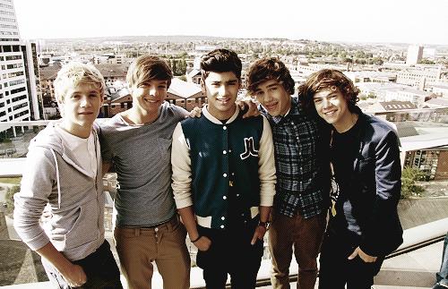 - Aujourd'hui, leur premier single « What makes you beautiful » est sur le web, la fièvre One Direction est plus forte que jamais. Et elle semble devenir mondial. Non seulement les garçons sont assailli ici au Royaume Uni, ils ont révélé que les filles à l'étranger ont un vrai goût pour les One Direction - littéralement! « Il y avait quelques fans suédoises qui ont essayé de lécher nos visages, je peux confirmer! » a déclaré Louis Tomlinson à BBC Radio 1.  Liam Payne est ravi que de plus en plus d'adolescentes découvrent leurs musiques sur internet.  « C'était la même chose quand nous sommes allés à l'Amérique », révèle t-il.  « Il y avait quelques filles en dehors de l'hôtel là-bas qui venait de d'écouter nos musiques sur YouTube, ça nous stimule énormément, qu'il ya des gens dans d'autres pays qui nous connaissent comme au Royaume-Uni. »  Les mecs, vous allez être célèbres dans le monde entier! -   Teen Now