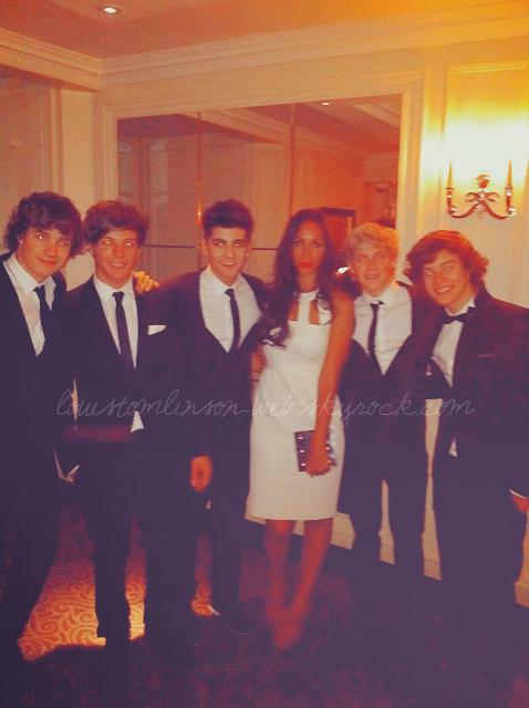 - Les One Direction à un bal de charité.  Les garçons avaient un couvre-feu, une heure du matin.-