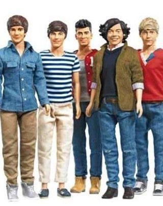 - La chanson Na Na Na avec les paroles.- Les poupées One Direction! N'importe nawak ces trucs.- Interview par Mirror. -