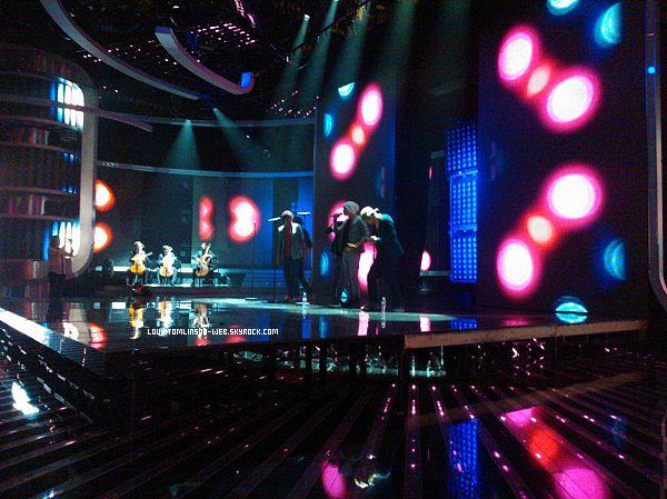 - Leur nouvelle chanson Another World en entier. Les One Direction sont sur le plateau de X-Factor ce soir. Quelques photos... Twitter, la France, est les One Direction...  Des photos sur le plateau d'X-Factor où ils ont chanté en live Gotta be you.-