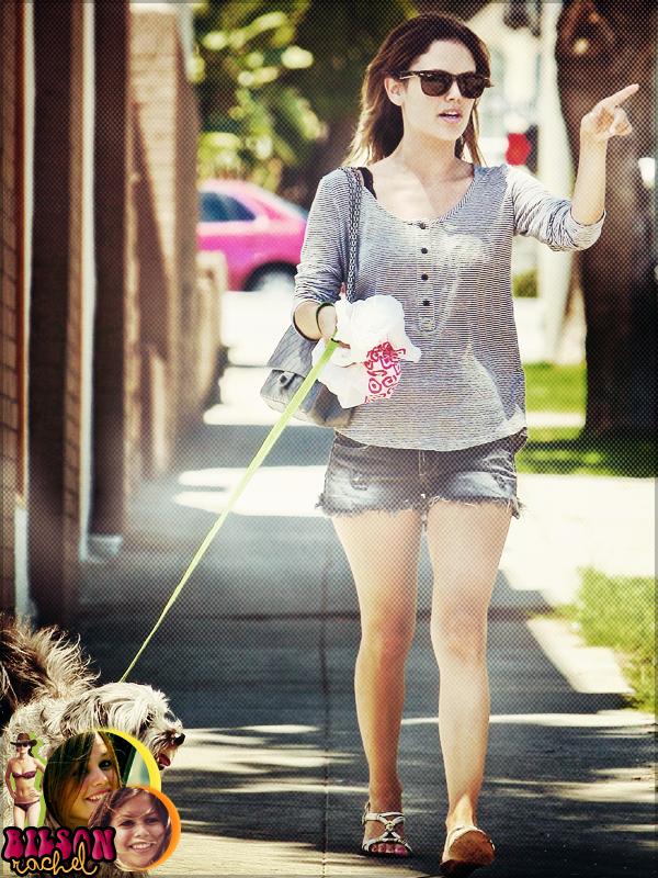 Rachel prends un jus de fruits à Beverly Hills avec l'acteur Jon Hamm, le 29 juin 2011. + J'aime beaucoup la tenue de Rachel, j'ai l'impression que la Rachel de 2008 est de retour!