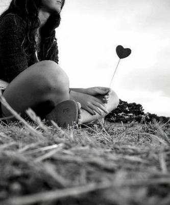 Parfois, j'aimerai écrire ton nom sur une pierre avec marqué « Je t'aime » dessus  et te la lancer en pleine gueule pour tu saches à quel point ça fait mal.
