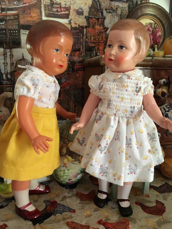 Deux petites filles préparent Pâques