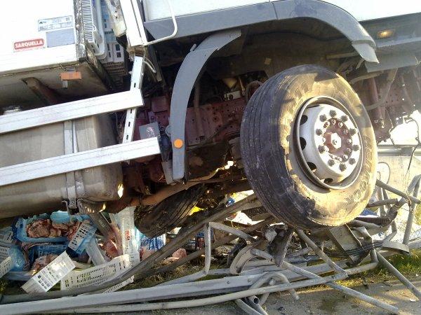 Sacando camion arriba de las vallas