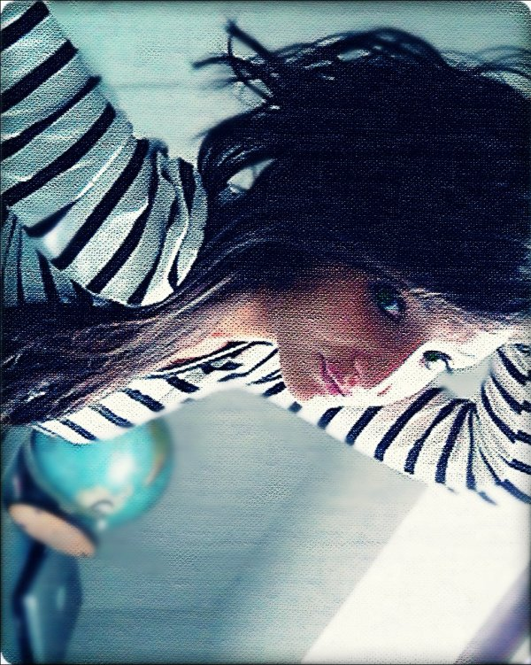 _Regarde comme elle essaie de sourire sans toi . Elle a toujours l'air seule, même si elle est entourée de tous ses amis.. Et sur les photos .. Est-ce que tu as vu ce qu'il y a dans ses yeux ? Non, parce qu'il n'y a rien, il n'y a plus rien. Tu te souviens, avec toi, comme ils brillaient ? Et ce sourire que tu aimais tant .. C'est fou comme maintenant elle parait sans vie. Elle doit souffrir , elle doit vraiment avoir mal. Dis moi, tu restes insencible à son chagrin ou tu te force ? Elle est en deuil, ça doit être ça, en deuil de toi. Ouiiii c'est certainement ça ..  Tu l'as tué tu sais. ♥