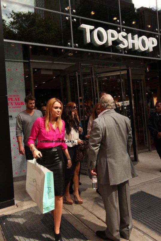 Miley assiste à l'ouverture officielle du magasin Topshop / TOPMAN à Chicago.