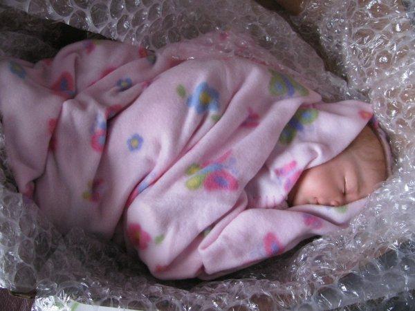 voici donc le jour de l'arrivée de Lilia et l'ouverture du colis, toujours un moment plein d'émotions !