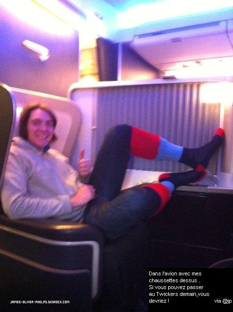 02/12/2011 James a posté une nouvelle photo sur Twitter lorsque qu'il est dans l'avion . La photo est un peu floue ,je suis désolée .