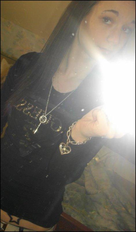 LAURiE ~ 17ANS ~ CELiBATAiRE ܤ                                                                                                                 ‹ Si tu m'entends, J`veux que tu saches que j'tai jamais oublier & que même si t`es partis, les souvenirs sont restés ( . . ) ♥