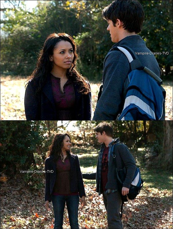 """_ Synopsis officiel de l'épisode 17 de la saison 2 """" Know Thy Enemy """" :  _ Elena et Alaric s'en prennent à John lorsque l'arrivée inattendue d'Isobel laisse Jenna dévasté. Bonnie travaille avec Damon et Jeremy pour trouver le sort dont ils  auront besoin pour exploiter le pouvoir  de ses ancêtres. Le c½ur brisé, Caroline ne sait pas quoi faire à propos de Matt. Stefan et Damon se rendent compte qu'ils ont en possesion une nouvelle arme secrète.  _"""