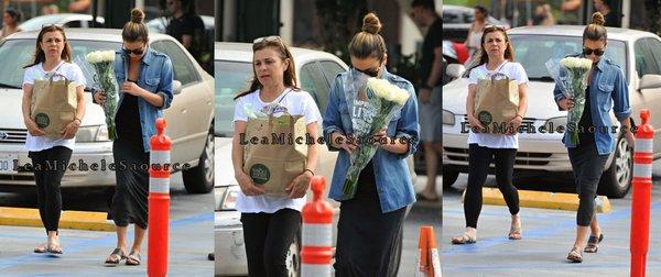 #Candid 17 - Le 27 Juin la belle Lea a été aperçue quittant Whole Foods avec sa mère à Los Angeles