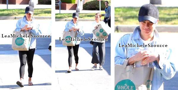#Candid 70 / Evénement 34 / Concert 5 - Le 15 Avril Lea quittant le magasin Whole Foods avec sa mère