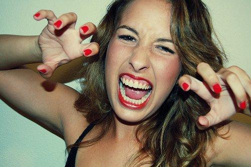 Une fille prudente embrαsse mais ne tombe pαs αmoureuse,  écoute mais ne crois pαs et quitte αvαnt d'être quittée.