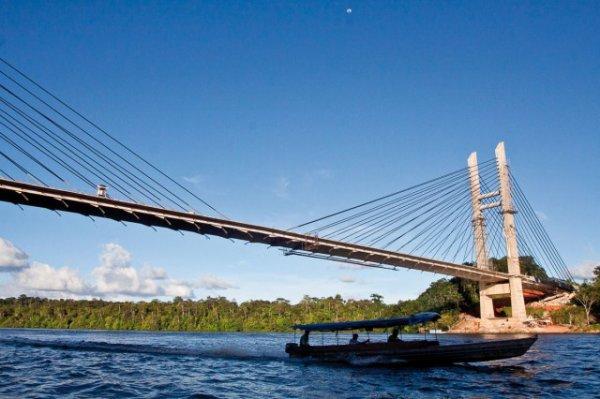 le pont que relie le bresil et la guyane - fraçaise (france)