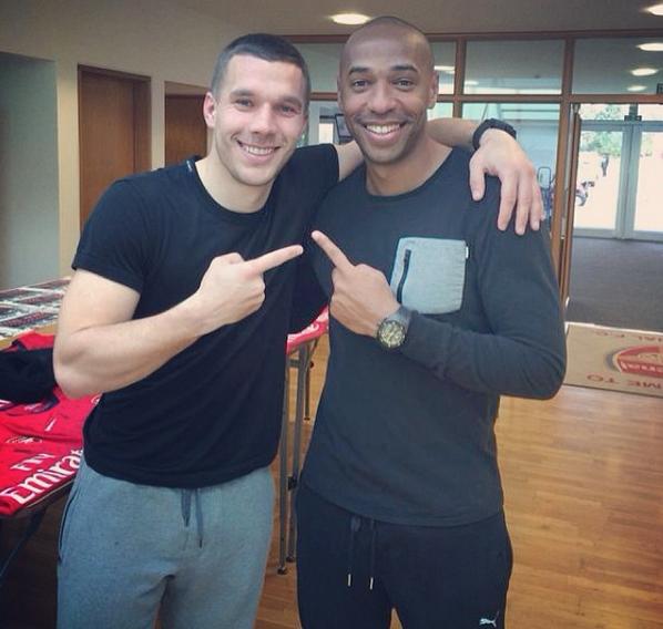 C'était le dernier entrainement de Thierry Henry avec Arsenal. L'occasion pour Podolski de poser avec lui une dernière fois.