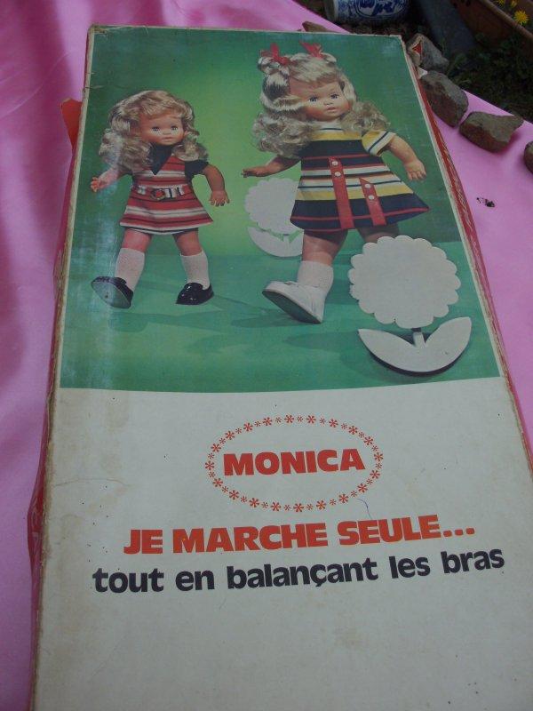 Poupée GéGé MONICA qui marche en ce balançant les bras, écris date d'achat 24/11/1971 sur le bon de garantie ,mode emplois fournie