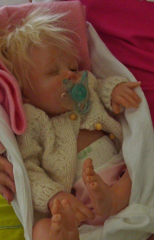 Suite Reborn sculpté Sandy Mcaslan USA ; La petite Lola est arrivé ,elle a besoin de soins